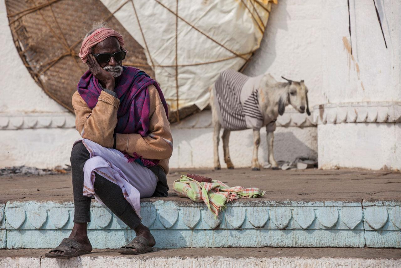 hombre-meditativo-a-orillas-del-rio-ganges-varanasi-india.jpg