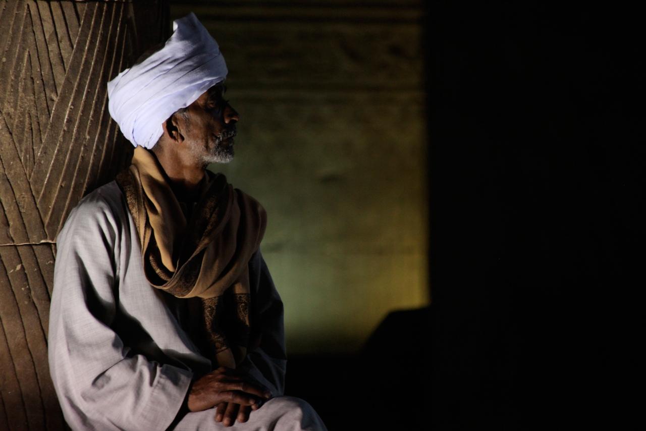 hombre-se-protege-del-calor-adentro-de-templo-luxor-egipto.jpg