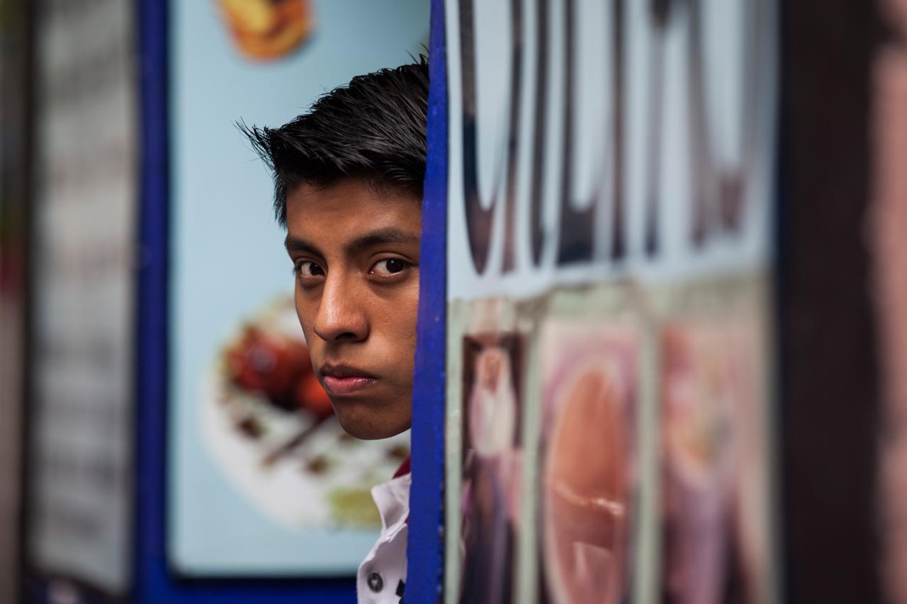 mirada-punzante-joven-vendedor-de-tacos-ciudad-de-mexico-mexico.jpg