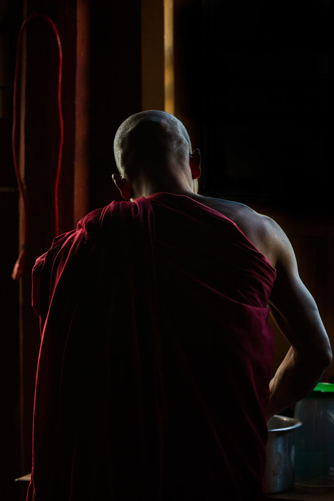 monje-budista-lavando-ropa-monasterio-bagan-myanmar.jpg