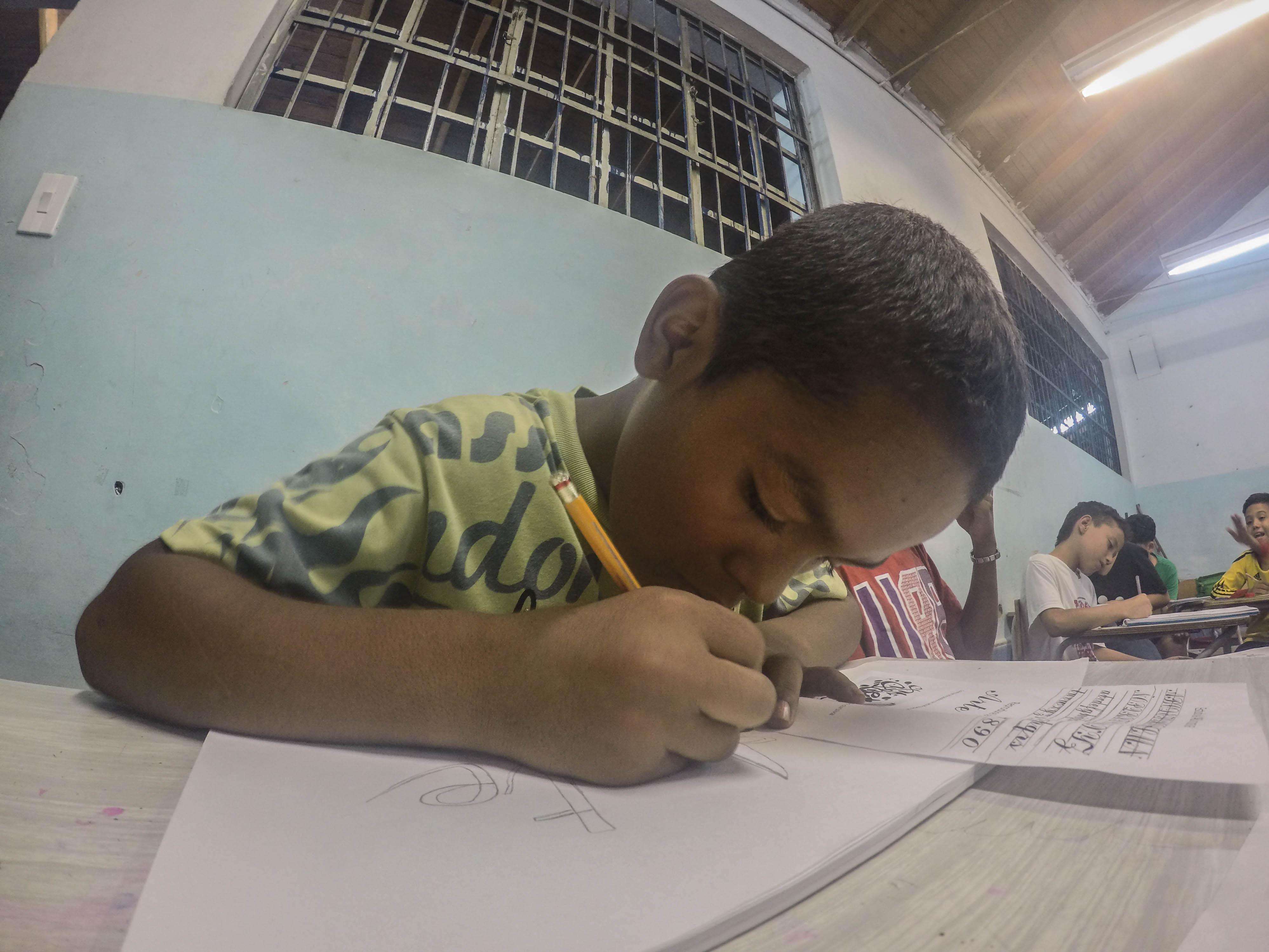 nino_escribiendo_en_clase_de_graffitti.jpg