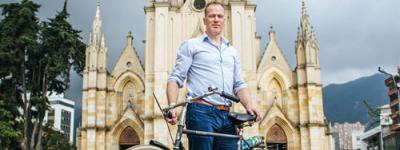 Ruben Loenderslooot, holandés experto en bicicleta pedaleando por Bogotá