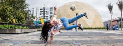 Chicas que le jalan al fútbol 'freestyle', el arte de dominar la pelota a punta de trucos