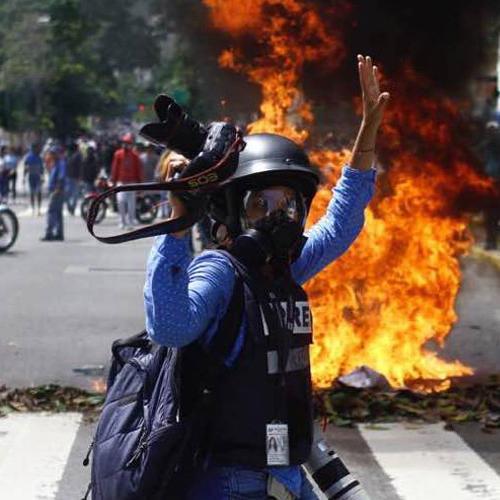 Ariana Cubillos, una fotoperiodista colombiana en medio del caos caraqueño