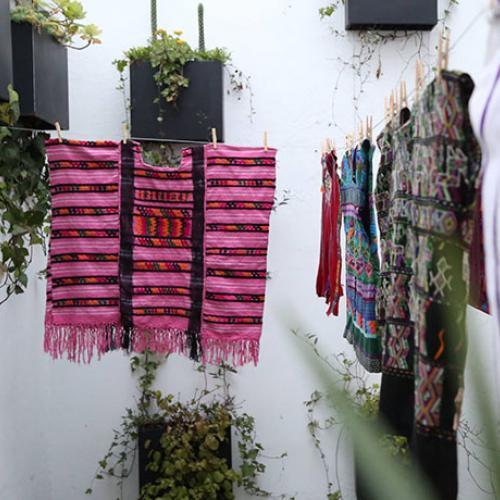 Ropa con telas reutilizadas Cartel Urbano