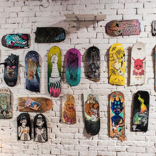 Dieciocho creadores criollos se dieron cita en La Redada Miscelánea Cultural para exorcizar sus demonios a punta de ilustración sobre tablas de skate