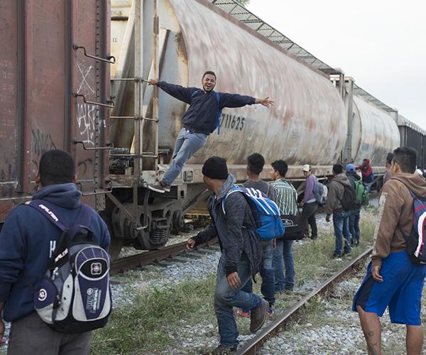 En la fotografía de Pablo Allison se encuentran el drama de la migración y el grafiti