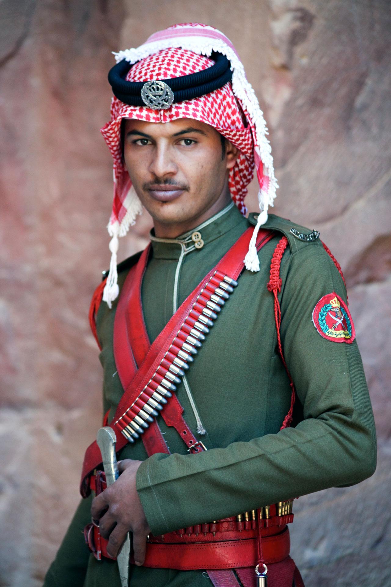 guardia-zona-arquelogica-petra-jordania.jpg