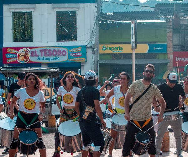 Rugen los garroteros en el Festival de la Tigra