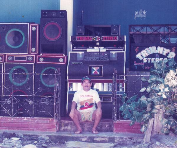 El picó se estableció hace más de siete décadas en los barrios marginales del Caribe. Hoy es una manifestación cultural de gran valor para familias costeñas cuyo sustento básico, además de la canasta familiar, es la música. Esta historia íntima de un paso generacional nos acerca al origen mismo de los grandes sistemas de sonido.