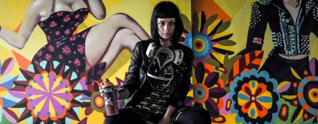 Ledania sentada con su mural